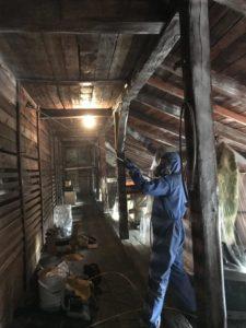 usuwanie korników 1 e1555489144391 225x300 - Usuwanie korników i szkodników drewna - drewniane poddasze
